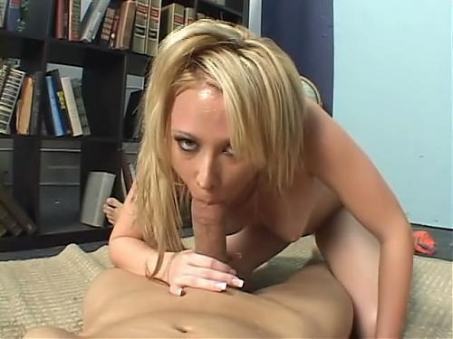 Блондинка соблазнила своего врача и кончила фонтаном  (2011) CamRip